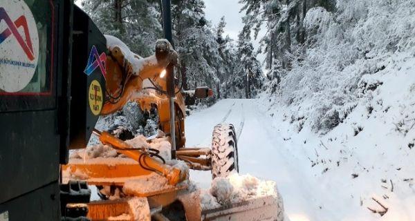 Mersin'in yüksek kesimlerinde karla mücadele çalışmaları sürüyor