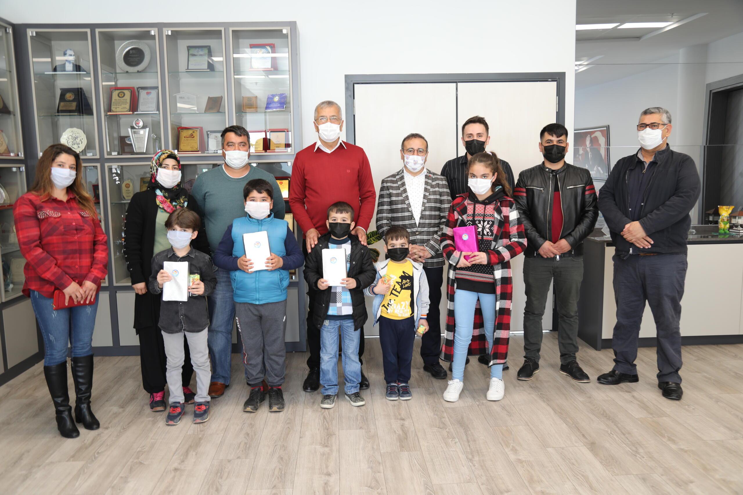 Hayırsever iş insanı ihtiyaç sahibi çocuklara tablet dağıttı