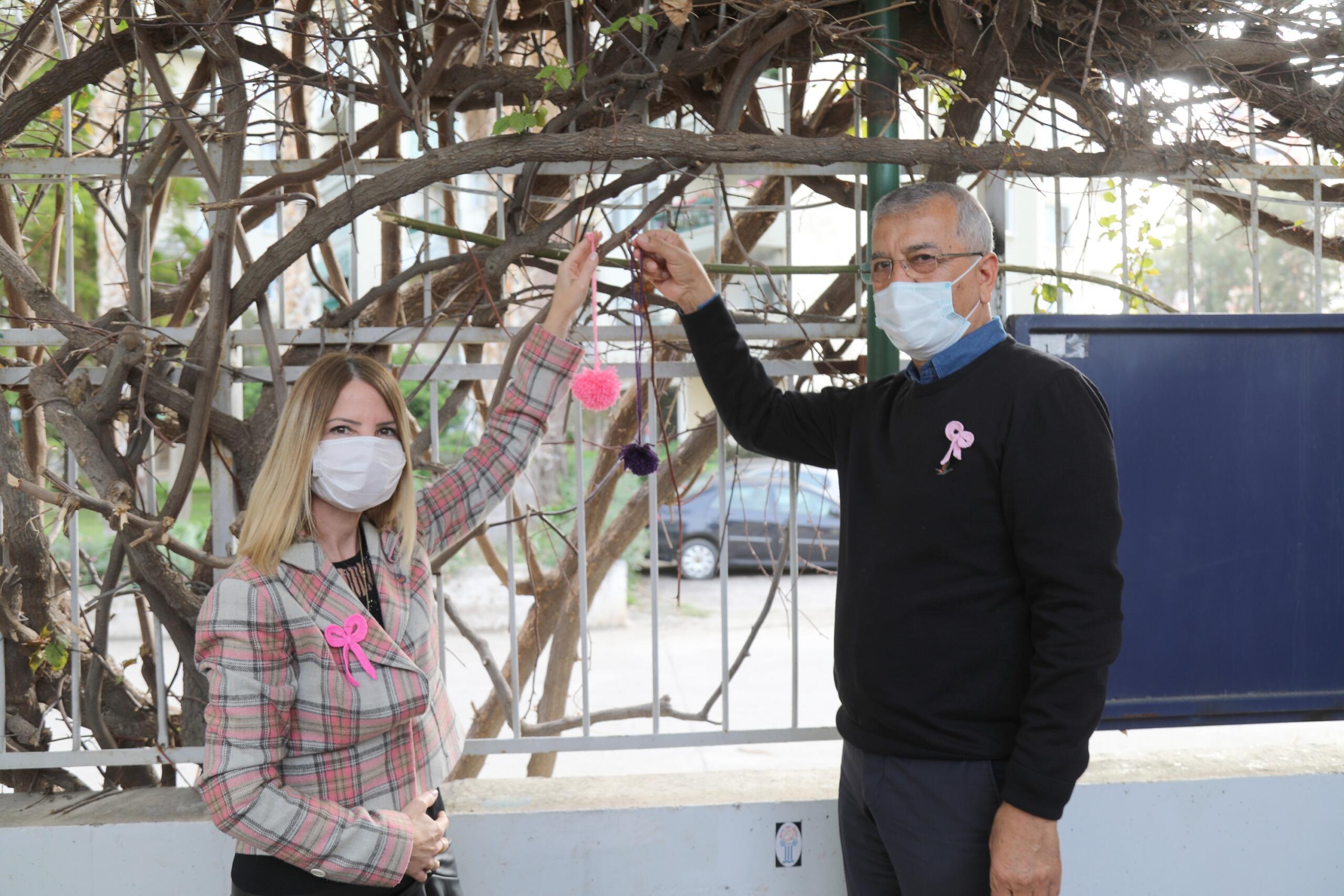 Ağaçlara ponpon asarak kanser farkındalığı yaratmaya çalıştılar