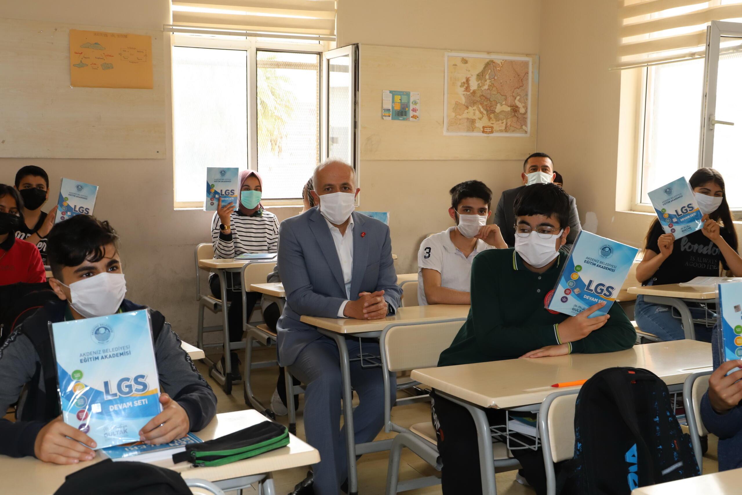 İki okulda düzenlenen kitap dağıtım törenine Başkan Gültak da katıldı
