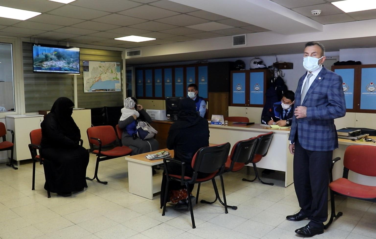 Akdeniz Zabıta ekipleri, dilencilik yapan kişilere yasa gereği idari işlem yaptı