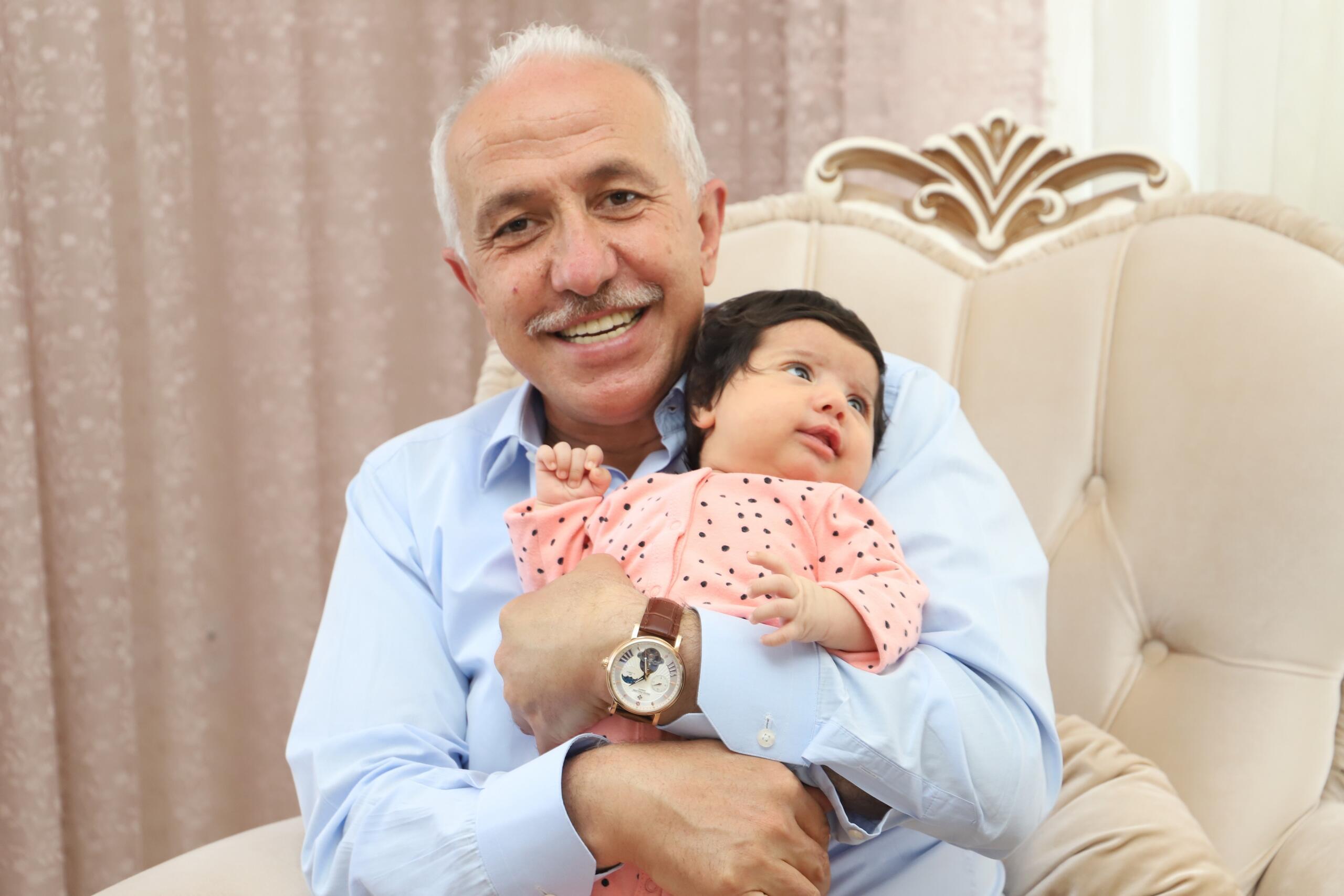 Başkan Gültak, yeni doğan bebekleri için iki aileyi evlerinde ziyaret etti